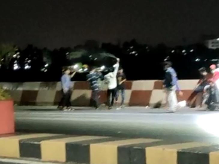 સુરતના જીલાની બ્રિજ પર બર્થ ડે ઉજવતા યુવાનોનો વીડિયો વાઇરલ, 'ફિલ્મ' બની રહી હોવાનો ખ્યાલ પણ ન આવ્યો|સુરત,Surat - Divya Bhaskar