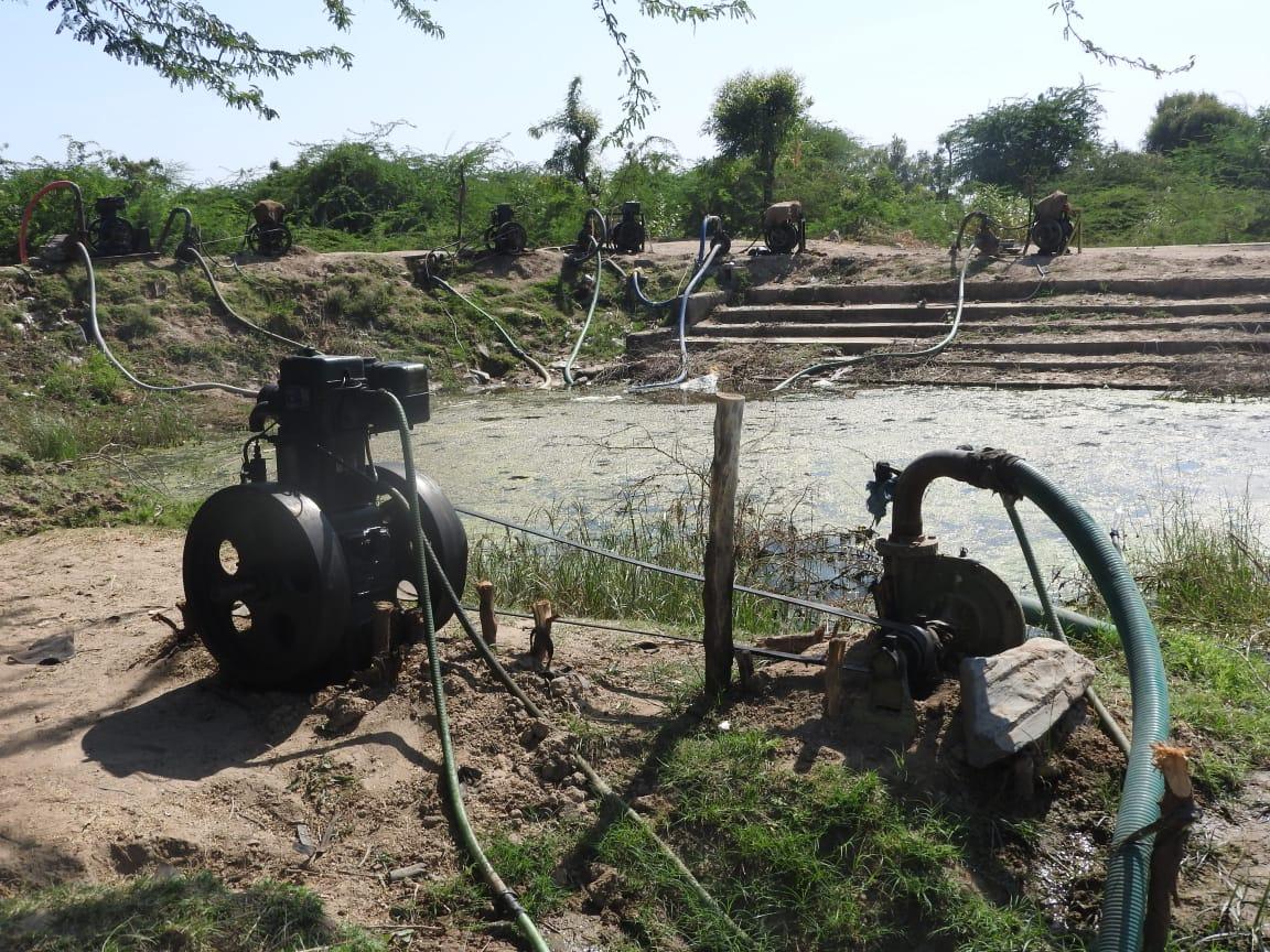 હળવદ તાલુકામાં પાણીનો બગાડ કરતા 61 સબમર્શિબલ અને 45 ખેડૂતોના ડીઝલ મશીન બંધ કરાયા, ત્રણ ગામના 16 ખેડૂતોની સામે ગુના નોંધાયા - Divya Bhaskar