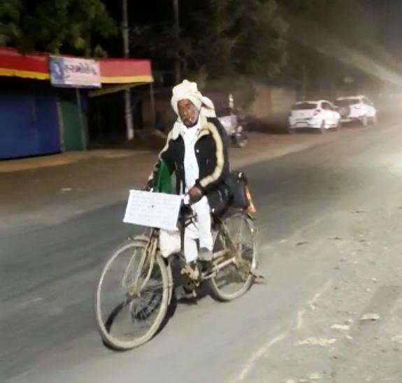 ખેડૂત અરસીભાઇ ન્યાય માટે સાયકલમાં સવાર થઇ ગાંઘીનગર ગયેલ ત્યારની તસ્વીર - Divya Bhaskar