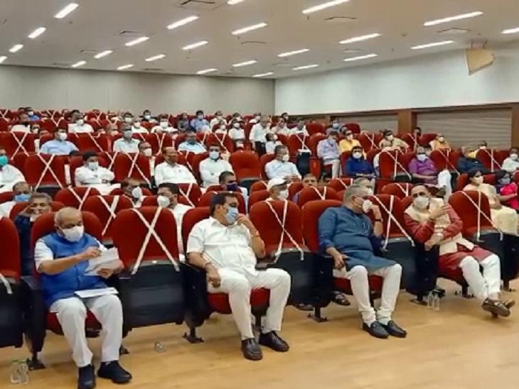 વિભાનસભામાં યોજાયેલી બેઠકમાં ભાજપના નેતાઓની તસવીર. - Divya Bhaskar