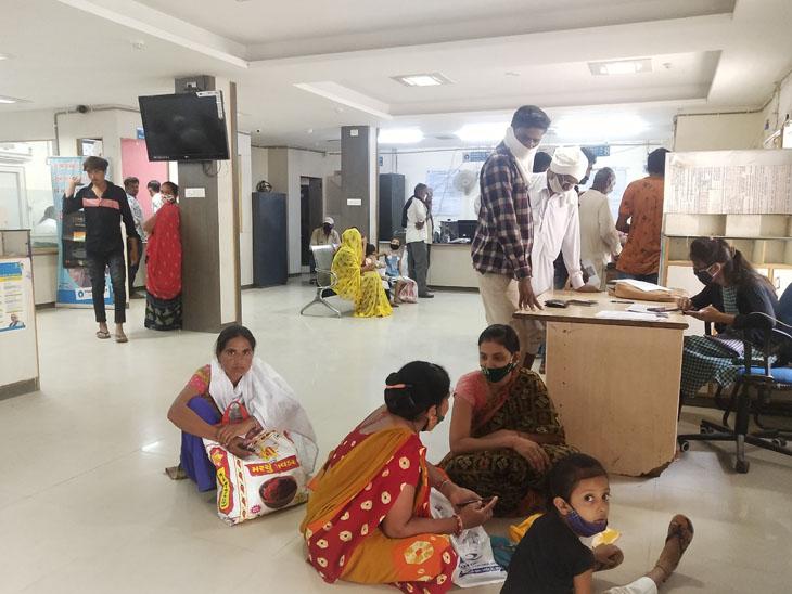 સાયલા એસબીઆઇ બેંકમાં અપૂરતા કર્મચારીઓના કારણે મહિલા અને ગ્રાહકો પરેશાન બનીથઈ રહ્યા છે. - Divya Bhaskar