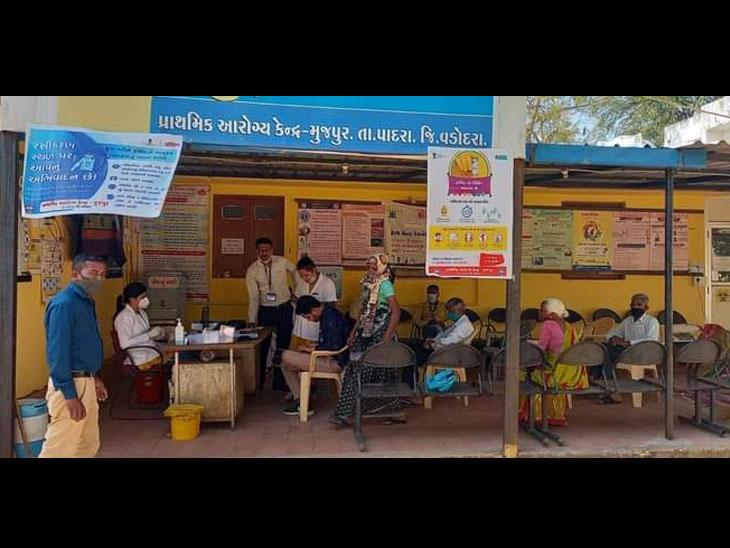 પાદરાના મુજપુર આરોગ્ય કેન્દ્ર ખાતે સરકારની ગાઈડ લાઈન મુજબ રસીકરણ કરવામાં આવી રહ્યું છે - Divya Bhaskar