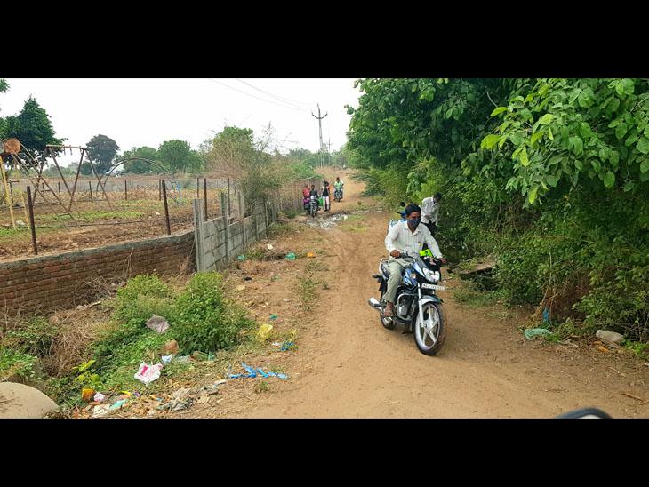 નસવાડી પોલીસ હેલમેટ ચેકિંગ કરે છે ત્યારે હેલ્મેટ વગરના બાઈક ચાલકો દંડથી બચવા માટે શોર્ટકટ રસ્તેથી જઈ રહ્યા છે. - Divya Bhaskar