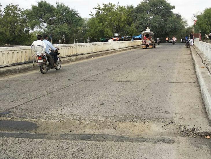 રતનપુર નસવાડીના નર્મદા મેઈન કેનાલના પુલ પર મોટા ખાડા પડયા છે. - Divya Bhaskar