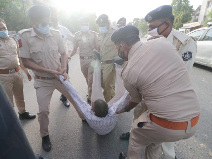 હિન્દુ જાગરણ મંચે દેખાવ કરતા પોલીસે તમામની અટકાયત કરી હતી. - Divya Bhaskar