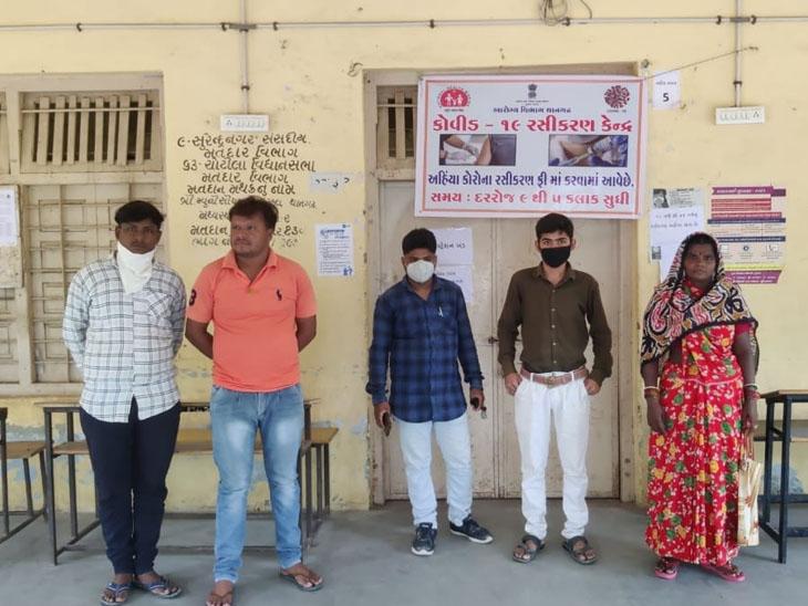 થાનગઢ રસીકરણ કેન્દ્ર પર રસી ખૂટતા લોકોને ધક્કો પડ્યો હતો. - Divya Bhaskar