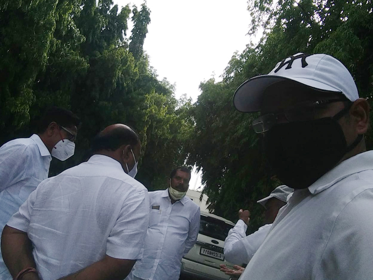 સ્થાનિક નેતાઓ ગાંધીનગર ખાતે પહોંચ્યા હતા. - Divya Bhaskar