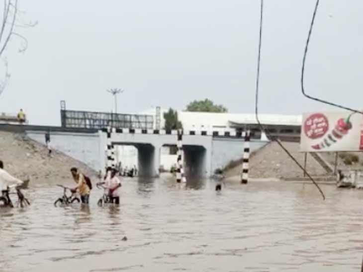 અમદાવાદમાં વરસાદ બાદ ગરનાળા પાણીથી ભરાયેલા છે, સ્ટેન્ડિંગ ચેરમેન કહે છે- 2 કલાકમાં પાણી ઉતરી જાય છે|અમદાવાદ,Ahmedabad - Divya Bhaskar