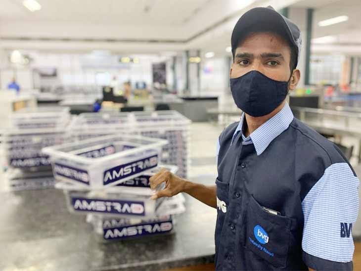 અમદાવાદ એરપોર્ટ પર 750 US ડોલર ભૂલી પેસેન્જર જતો રહ્યો, હાઉસકિપિંગ કરતા યુવકે પરત કર્યા|અમદાવાદ,Ahmedabad - Divya Bhaskar