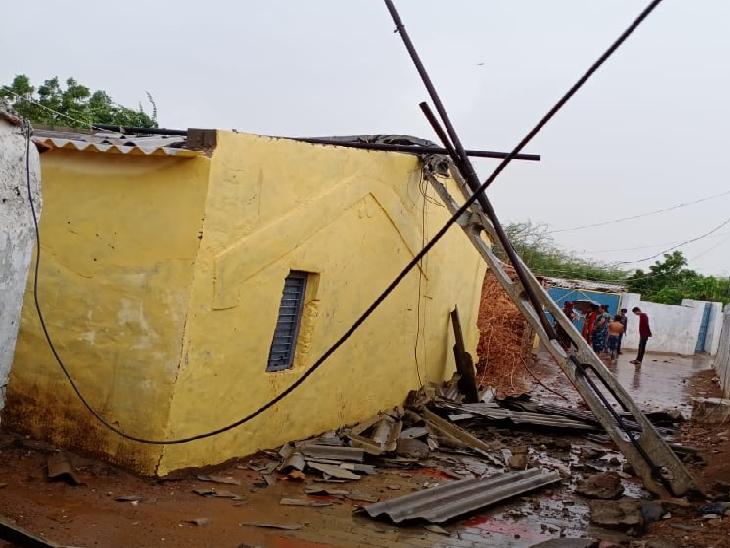 કચ્છમાં ભારે પવનના કારણે મકાનના છાપરા ઉડ્યા