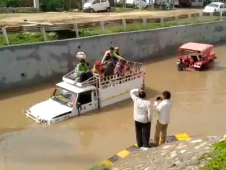 અમદાવાદમાં પડેલા વરસાદથી હાથીજણ સર્કલ નજીક અંડરપાસમાં ભરાયેલા પાણીમાં શ્રમિકોને લઈ જતી પીક અપ વાન ફસાઈ|અમદાવાદ,Ahmedabad - Divya Bhaskar