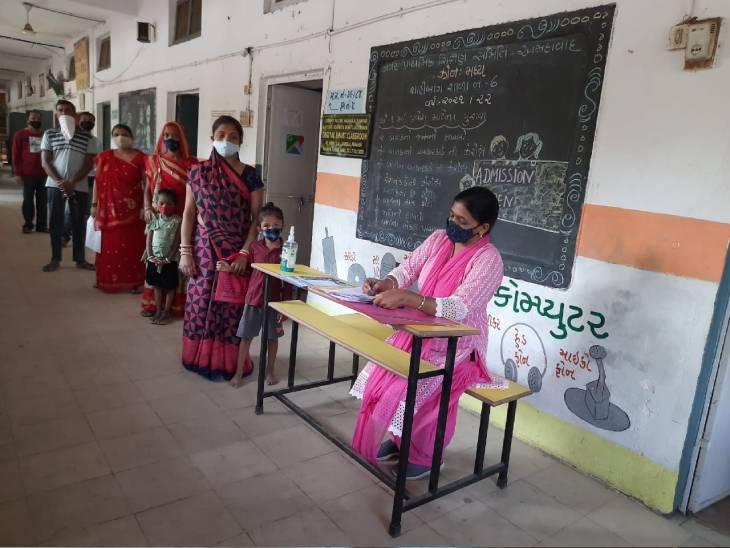 સરકારી સ્કૂલોમાં એડમિશન માટે વાલીઓની લાઇનો લાગી. - Divya Bhaskar