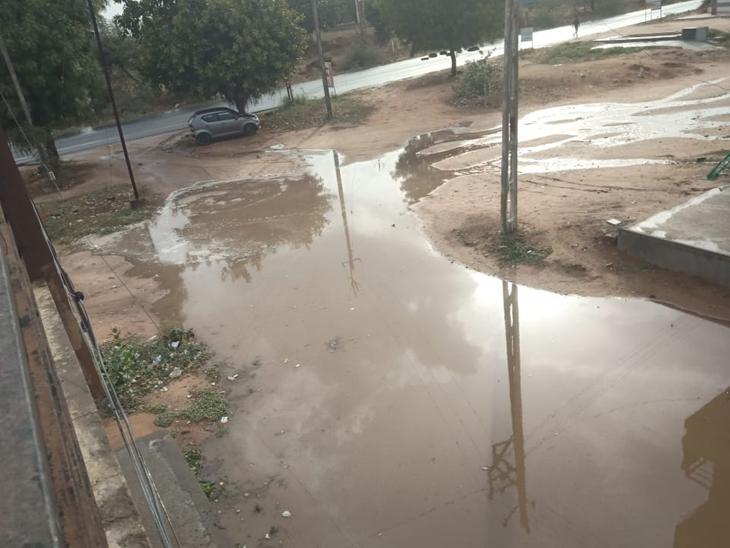 વડગામપંથકમાં બુધવારે સાંજે વરસાદી ઝાપટું પડતાં નિચાણવાળા વિસ્તારોમાં પાણી ભરાયા હતા. - Divya Bhaskar
