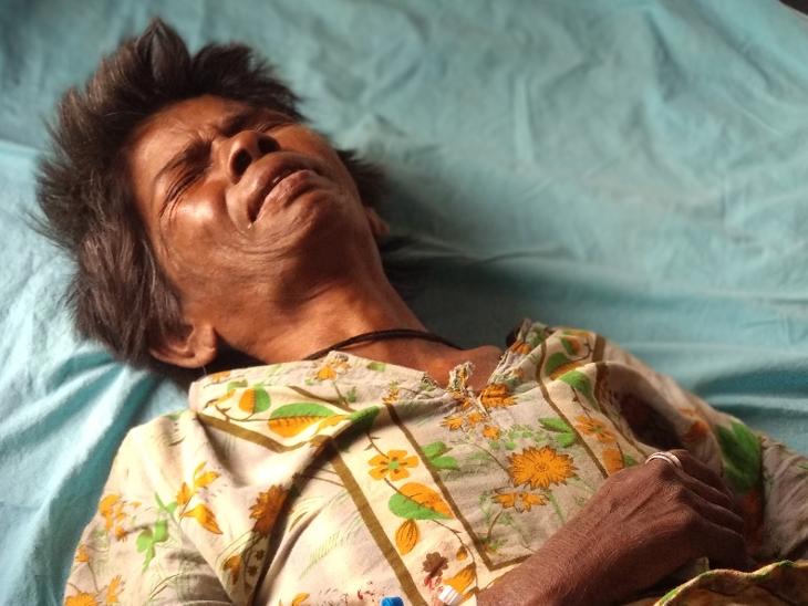 સારવાર લઈ રહેલા વૃદ્ધાની તસવીર - Divya Bhaskar