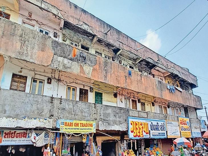 વલસાડ પાલિકાની 120 આવાસ બિલ્ડિંગના પીલરના સળિયા નિકળી આવ્યા, મકાન ગમે ત્યારે તૂટી પડે તેવી હાલતમાં - Divya Bhaskar