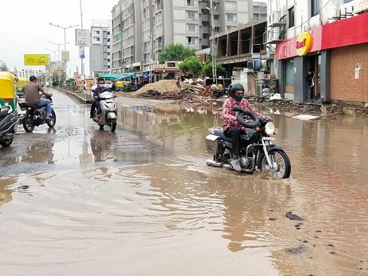 સાણંદમાં અઢી ઇંચ વરસાદ  થતાં અનેક જગ્યાએ પાણી ભરાયા. - Divya Bhaskar