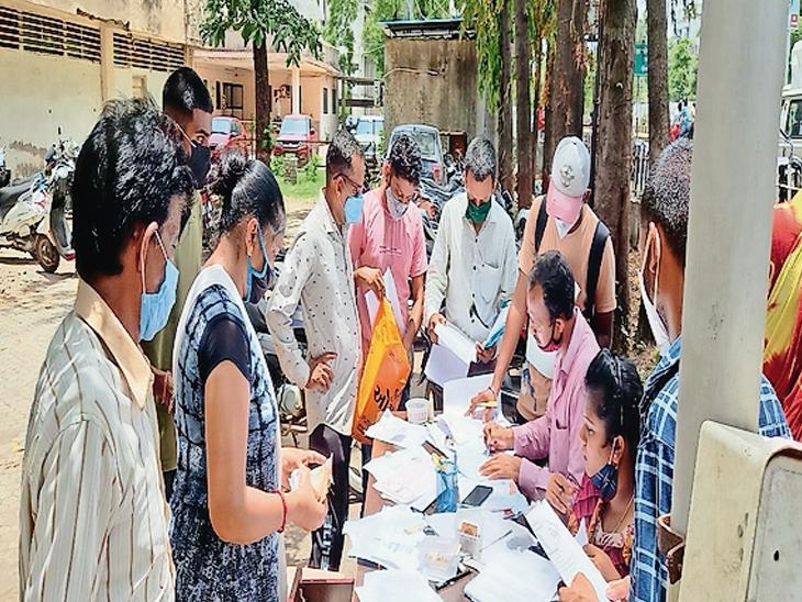 વલસાડ જનસેવામાં આવકના દાખલા માટે વાલીઓને પરસેવો વલસાડ,Valsad - Divya Bhaskar