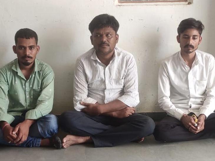 દેત્રોજમાં 2 અલગ અલગ જગ્યાએથી વિદેશી દારૂ ભરેલી રિક્ષા-કાર સાથે 3 શખ્સ ઝડપાયા, 2 ફરાર રામપુરા,Rampura - Divya Bhaskar