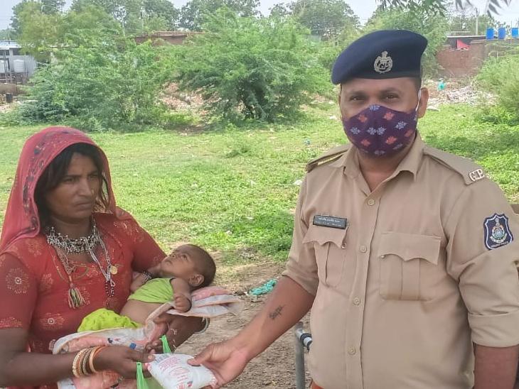અડાલજમા અપહરણ થયેલા બાળકના પરિવારને પોલીસે આજે દૂધ અને બિસ્કીટ આપ્યા હતા અને વધુ મદદ માટે તૈયારી બતાવી હતી. - Divya Bhaskar