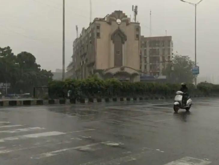 શહેર સાથે જિલ્લાના મોટા ભાગના વિસ્તારોમાં હળવો વરસાદ પડી રહ્યો છે. - Divya Bhaskar