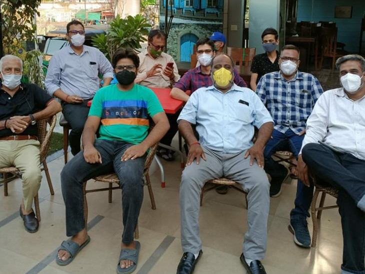 ચોપડાનું રાહતદરે વિતરણ કરવાની સાતે 16 વિદ્યાર્થીઓને શિક્ષણ ફીની સહાય આપવામાં આવી છે