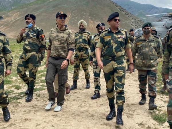 અક્ષય કુમારે જમ્મુ-કાશ્મીરમાં સ્કૂલ બનાવવા માટે એક કરોડ રૂપિયાનું દાન આપ્યું, LoC પર BSFના જવાનોને પણ મળ્યો બોલિવૂડ,Bollywood - Divya Bhaskar
