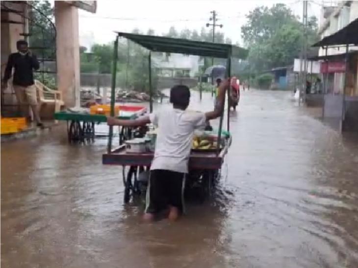 સવારે 4 કલાકમાં 7 ઇંચ વરસાદ, નીચાણવાળા વિસ્તારો બેટમાં ફેરવાયા, રસ્તાઓ પર નદી વહેતી હોય એવાં દૃશ્યો આણંદ,Anand - Divya Bhaskar