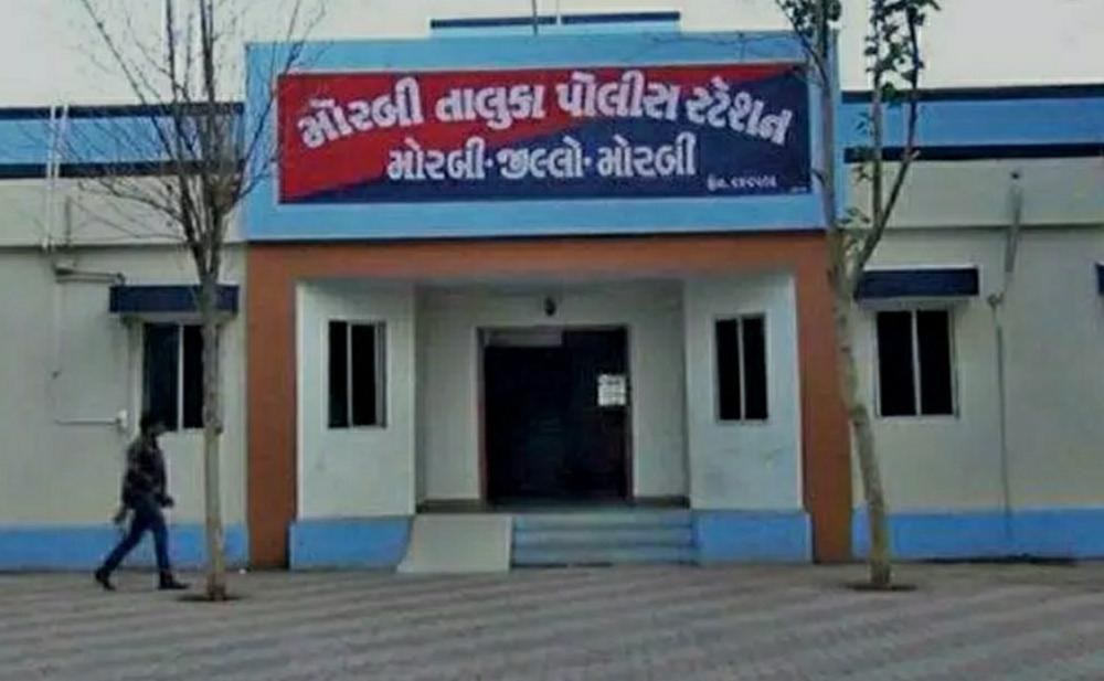 મોરબીના શ્યામપાર્કમાં રહેતા આધેડ દંપતીએ ઝેરી દવા પી લઈ આત્મહત્યા કરી, કારણ અકબંધ|સુરેન્દ્રનગર,Surendranagar - Divya Bhaskar