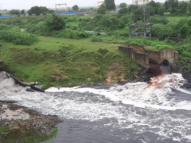 સાબરમતી નદીમાંથી કેમિકલયુક્ત પાણી છોડવાની અનેક ફરિયાદો થઈ છે ( ફાઈલ ફોટો)