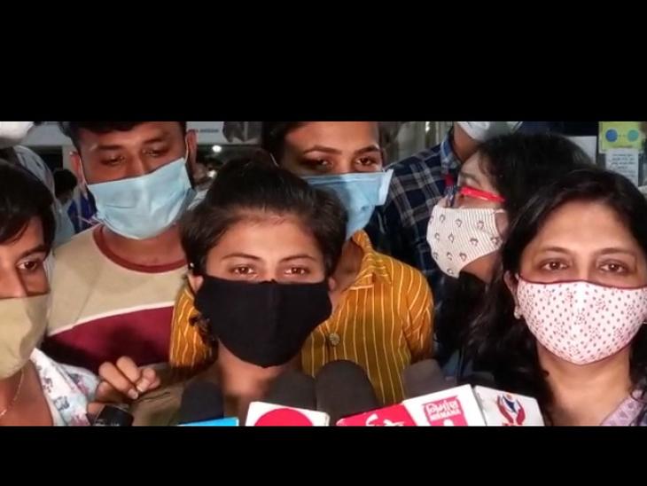 એટેન્ડન્ટ યુવતી, કોવિડ હોસ્પિટલ, જામનગર - Divya Bhaskar