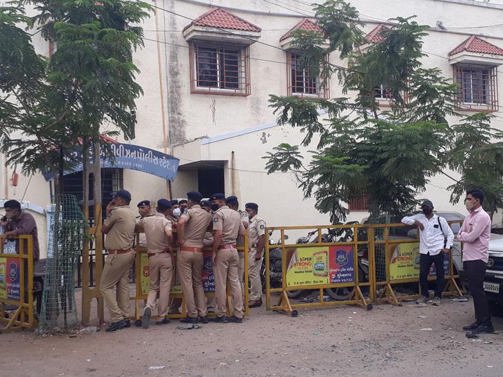 રાષ્ટ્રીય રાજપૂત કરણી સેનાના ગુજરાતના અધ્યક્ષ રાજ શેખાવતની ધરપક્ડ બાદ સુરેન્દ્રનગર બી ડિવીઝન પોલીસ મથકે લાવવામાં આવતા પોલીસ બંદોબસ્ત ગોઠવી દેવાયો હતો. - Divya Bhaskar