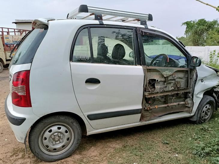 માર્ગ અકસ્માતમાં કારના દરવાજાને નુકસાન થયું હતું. - Divya Bhaskar