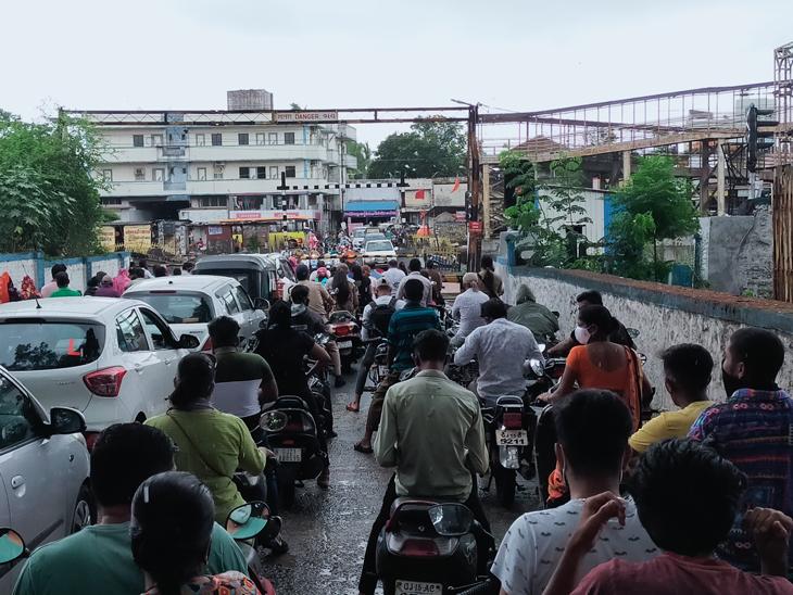 ઠેર-ઠેર ટ્રાફિકથી વાહનચાલકો પરેશાન - Divya Bhaskar