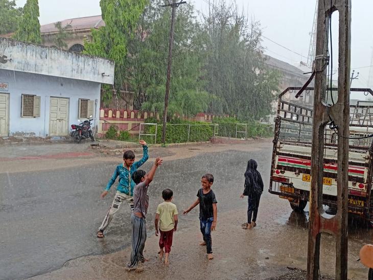 લાઠી વરસાદની મોજ માણતા ભૂલકાઓ. - Divya Bhaskar