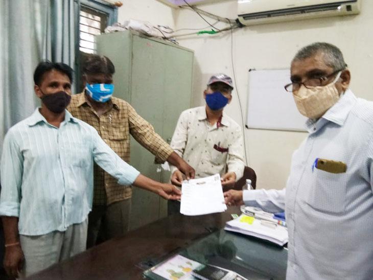 પાદરાના સફાઈ કર્મચારીઓ દ્વારા પડતર માંગણીઓ સાથે આવેદન પત્ર આપી ચીફ ઓફિસરને રજૂઆત. - Divya Bhaskar