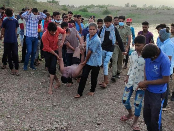 રાજસ્થાનના અમરાપુરા ડેમમાં ડુબી ગયેલાં મહિસાગર જિલ્લાના બે યુવાનના મૃતદેહોને બહાર કાઢવામાં આવ્યા હતાં. - Divya Bhaskar