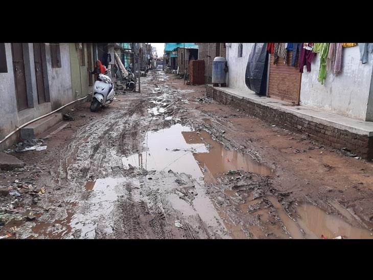 હાલોલની કરીમ કોલોનીમાં ભૂગર્ભ ગટરની ટલ્લે ચડતા લોકોને પડતી હાલાકી - Divya Bhaskar
