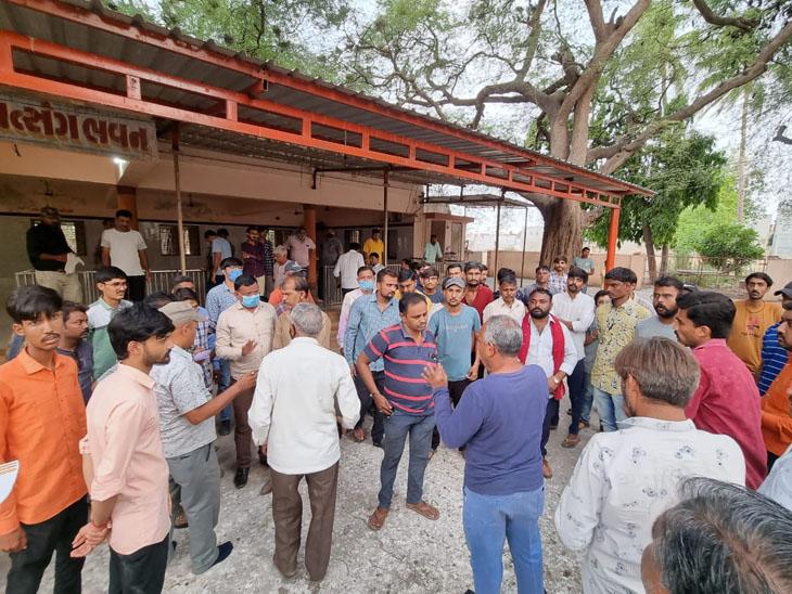 થાન વાસુકી દાદાના મંદિરે સમાધાન અંગે બેઠક યોજાઇ હતી. - Divya Bhaskar