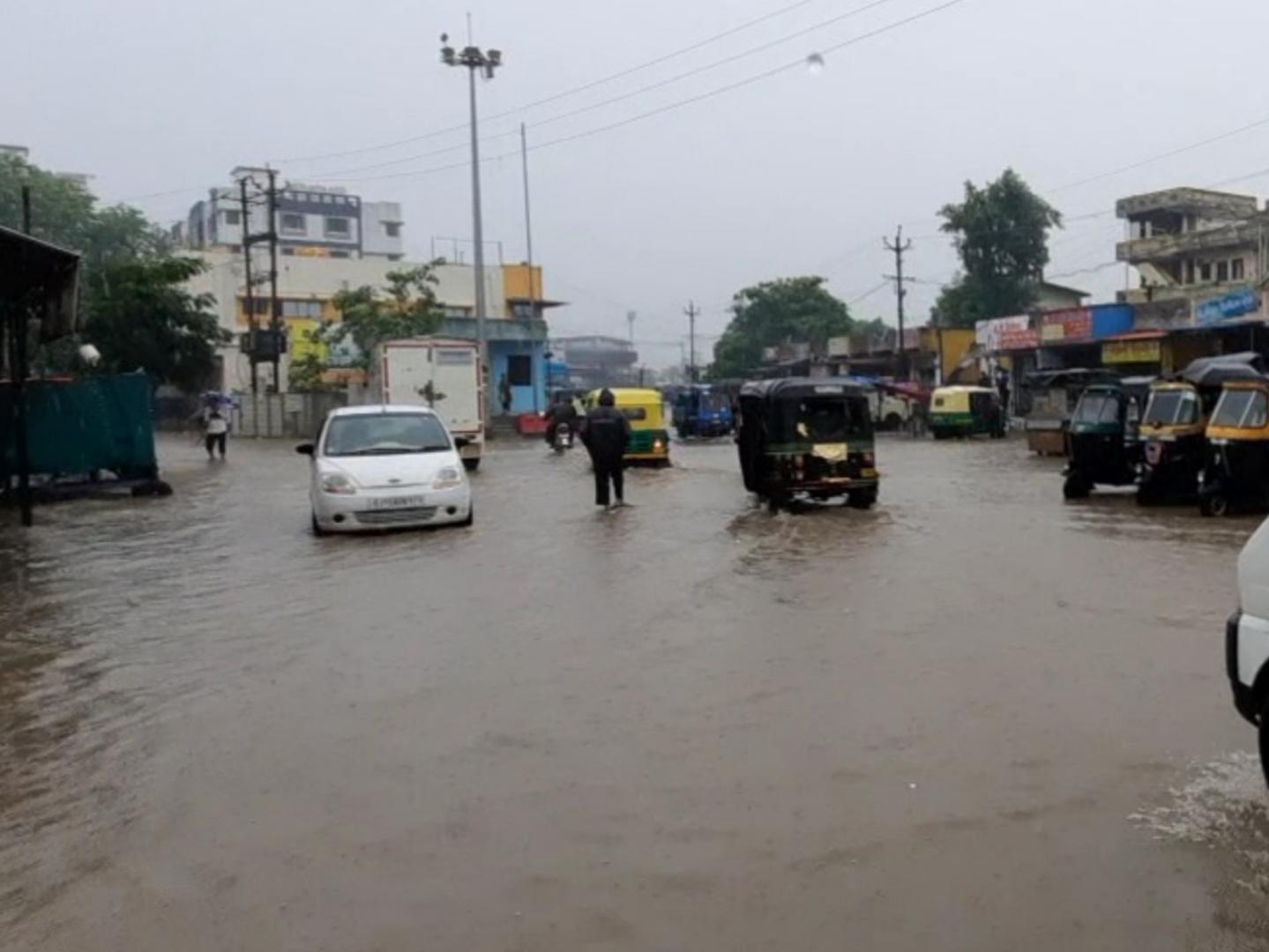 નવસારી શહેર અને જિલ્લામાં સતત બીજા દિવસે વરસાદ, શહેરમાં નીચાણવાળા વિસ્તારોમાં પાણી ભરાતા જનજીવન પ્રભાવિત|નવસારી,Navsari - Divya Bhaskar