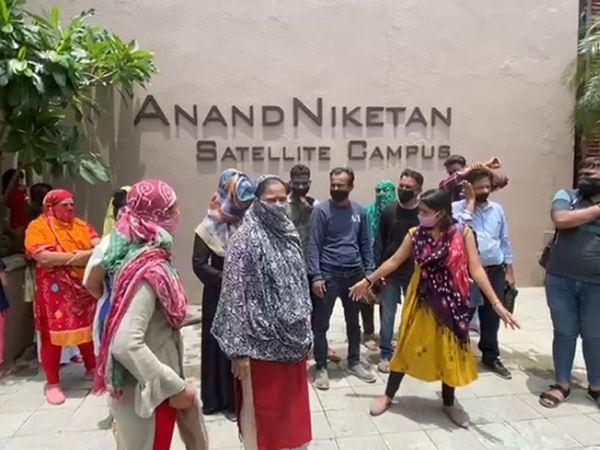 અમદાવાદની આનંદ નિકેતન સ્કૂલની મનમાની સામે DEO મૌન, RTEના વિદ્યાર્થીઓ માટે અલગ ગ્રુપ બનાવ્યું છતાં કોઈ કાર્યવાહી નહીં|અમદાવાદ,Ahmedabad - Divya Bhaskar