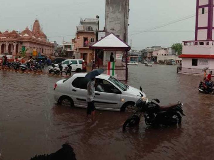શહેરના પરા ટાવર રામજી મંદિર રોડ પર વરસાદી પાણી ભરાતાં એક બાજુનો માર્ગ બંધ થઇ જતાં વાહનોની લાંબી લાઇન લાગી હતી.