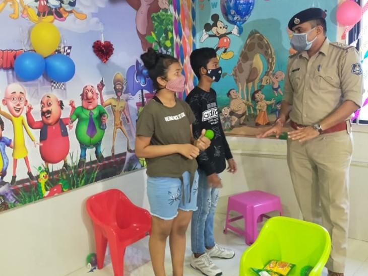 વડોદરા પોલીસે મહિલા પોલીસકર્મચારીઓનાં બાળકો માટે પોલીસ સ્ટેશનમાં જ ચિલ્ડ્રન રૂમ બનાવી નવતર પ્રયોગ હાથ ધર્યો છે. - Divya Bhaskar