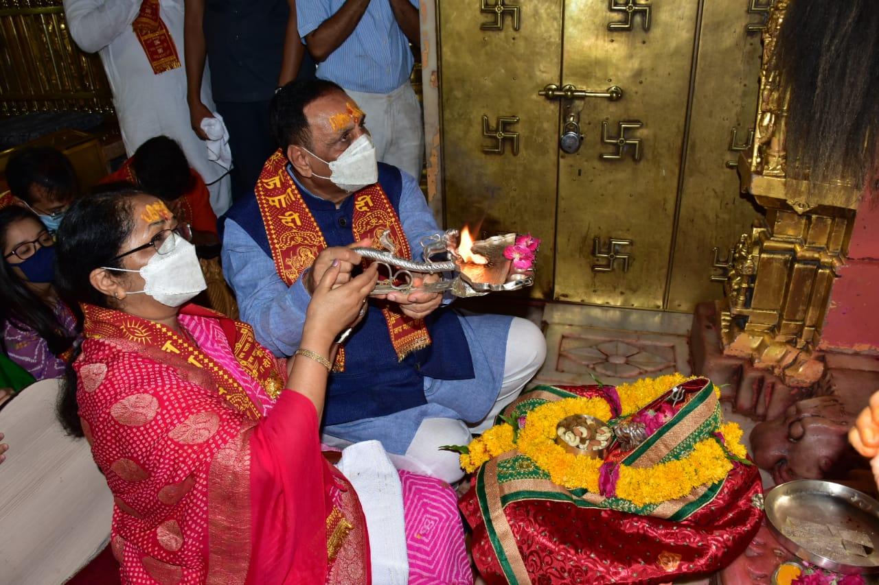 મુખ્યમંત્રી વિજય રૂપાણીએ મા અંબાના દર્શન કર્યા, ગુજરાતની જનતાની સલામતીની પ્રાર્થના કરી|પાલનપુર,Palanpur - Divya Bhaskar