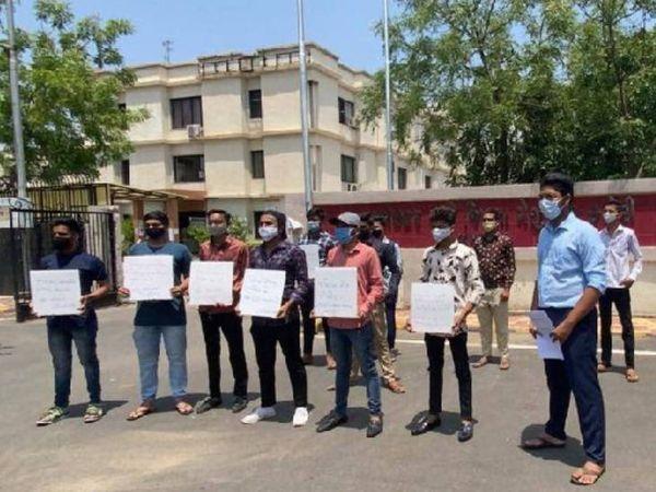 ધો.10 અને 12ના રિપીટર્સની પરીક્ષા લેવાના નિર્ણયથી નારાજ વિદ્યાર્થીઓ હાઇકોર્ટના દ્વાર ખખડાવશે|અમદાવાદ,Ahmedabad - Divya Bhaskar