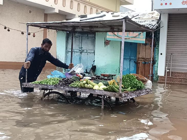 આણંદ શહેરમાં 4 કલાકમાં 7 ઇંચ વરસાદથી ચારેકોર પાણી ભરાયા - Divya Bhaskar