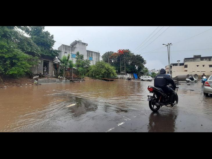 આશાપુરા મંદિર પાસે પાણી ભરાતા વાહનચાલકો મુશ્કેલીમાં - Divya Bhaskar
