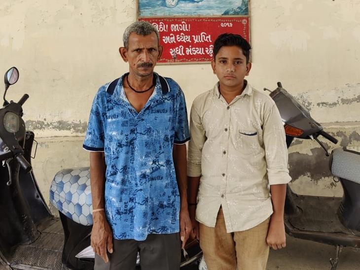 ધોરણ-11 અને 12ના શિક્ષણ માટે સોશિયલ મિડીયાના માધ્યમથી મદદ માંગતો પ્રજ્ઞેશ અને તેના પિતા. - Divya Bhaskar
