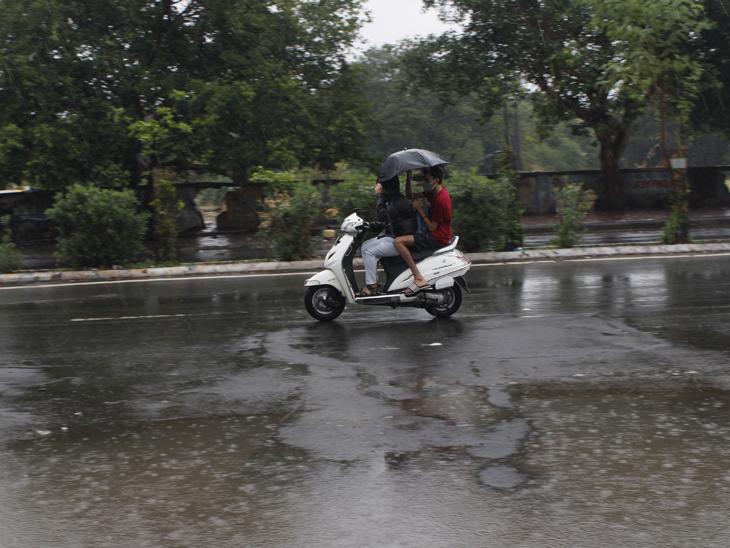 શહેરમાં શુક્રવારના રોજ આખો દિવસ ઝરમર વરસાદ વરસતો રહેતાં ઠંડક પ્રસરી હતી. - Divya Bhaskar