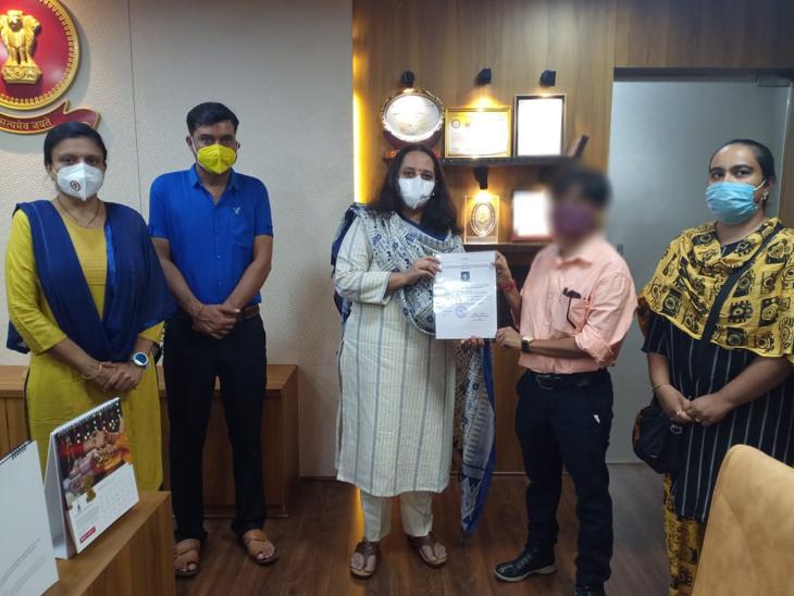 જિલ્લા કલેક્ટર રૈમ્યા મોહને ટ્રાન્સજેન્ડરને સર્ટિફિકેટ આપ્યું. - Divya Bhaskar