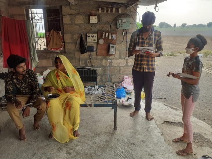 65 વિદ્યાર્થીઓ 8 જિલ્લાના ગામડાંઓમાં વેક્સિન અંગે લોકોમાં જાગૃતિ કેળવે છે|રાજકોટ,Rajkot - Divya Bhaskar